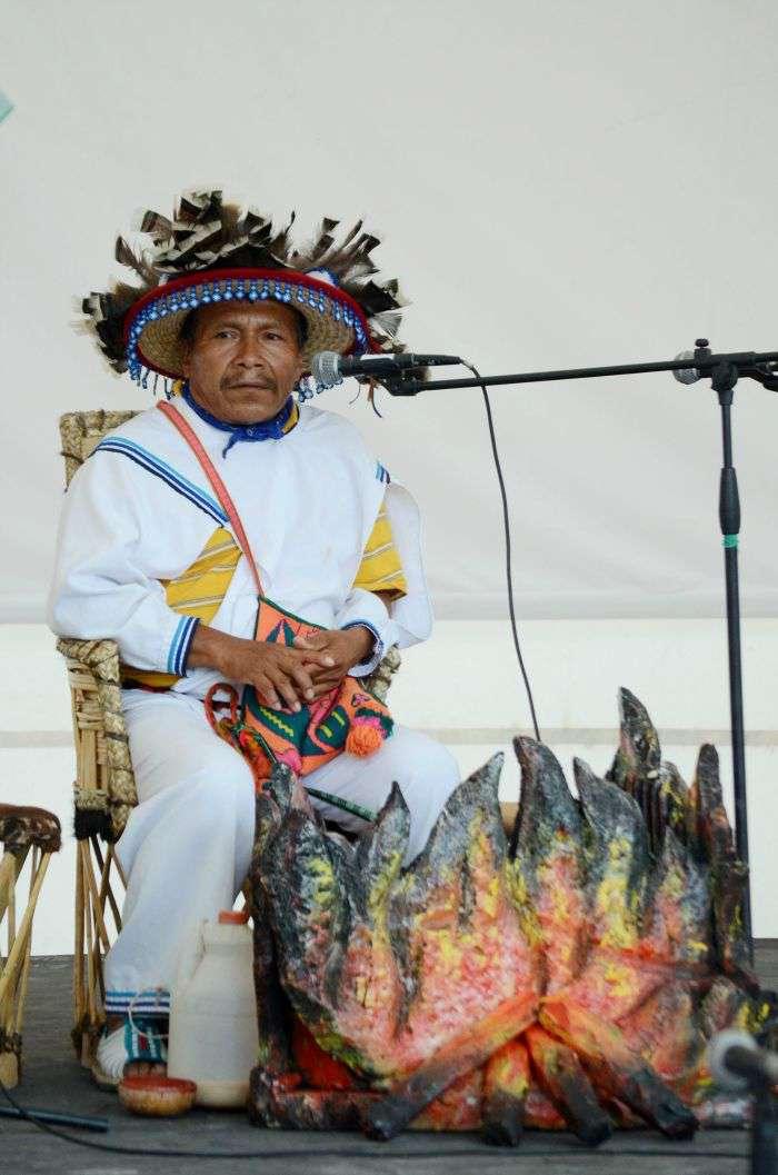 Imagen de la ceremonia del peyote en el Domo de los Pueblos Indígenas de la FENADU.