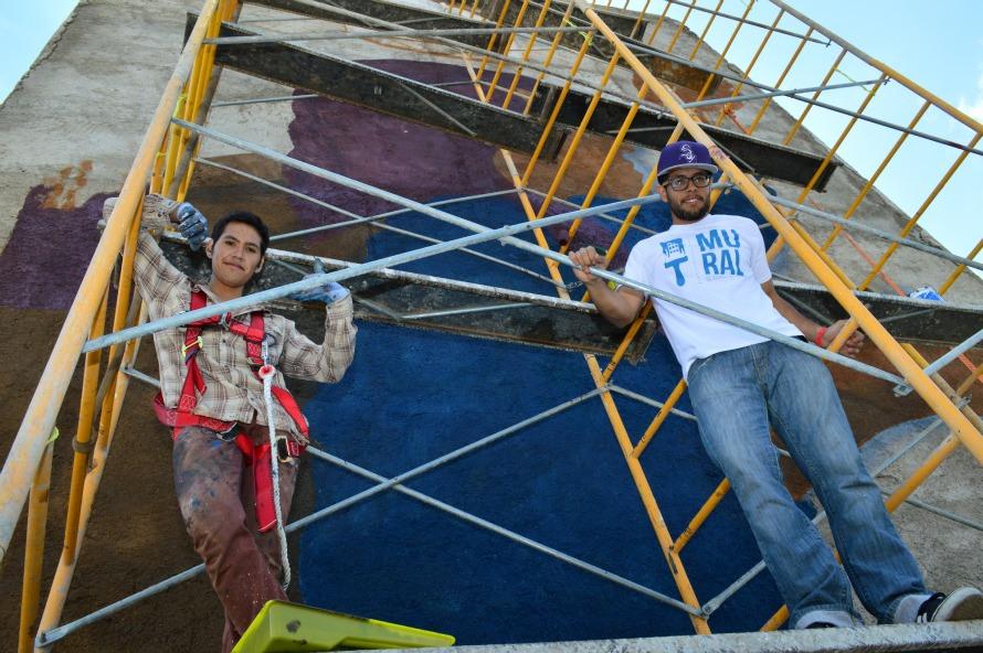 Bache-y-Alexis-durante-el-proceso-de-la-pinta-del-mural